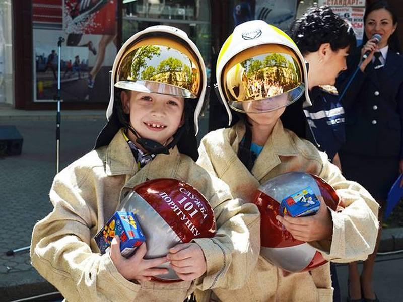 «Я б в пожарные пошел, пусть меня научат»: на Советской спасатели, силовики и водолазы устроили для детей грандиозный праздник