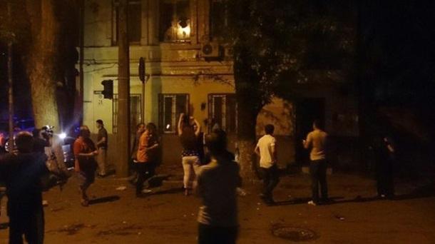 В Ростове-на-Дону яйцами, помидорами и камнями забросали генконсульство Украины