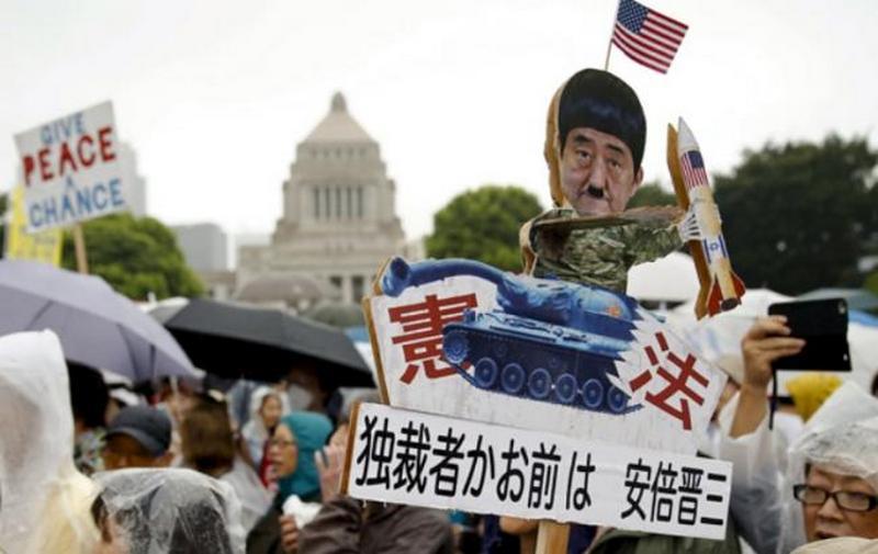 В Японии около 120 тыс. людей протестуют против расширения полномочий сил самообороны