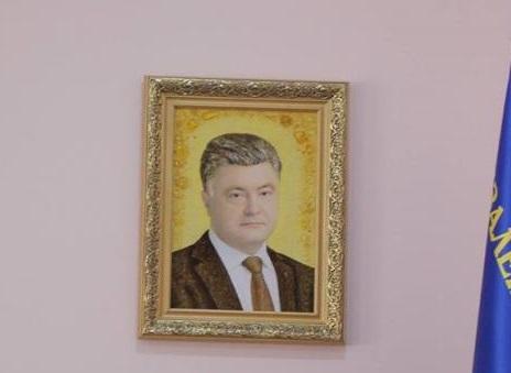 """""""Солнечный зайчик"""". В кабинете начальника волынской милиции висит портрет Порошенко, сделанный из янтаря"""