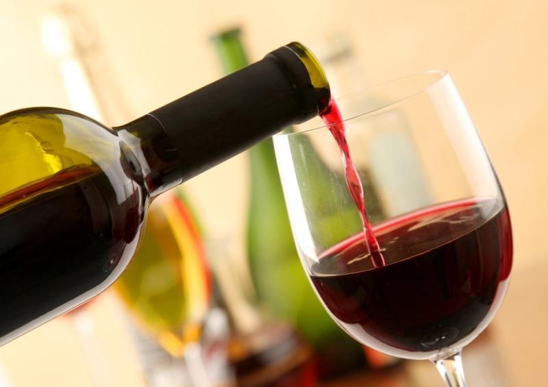 В аэропортах Грузии туристов снова будут встречать вином