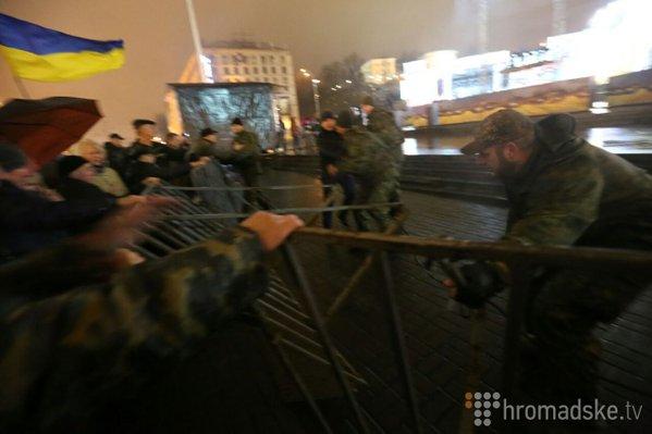 На Майдане активисты прорвались через ограду и сорвали концерт