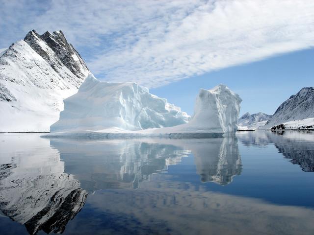 Гримасы потепления. В Сибири рушатся города, Антарктика колется на айсберги