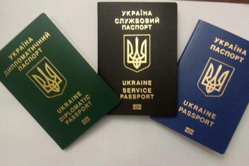 Украинцы за пять месяцев получили почти 500 тыс. иностранных биометрических паспортов