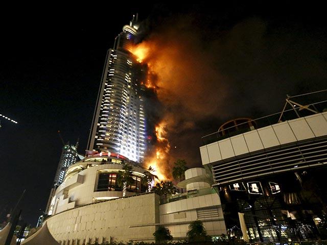 В Дубае горит небоскреб