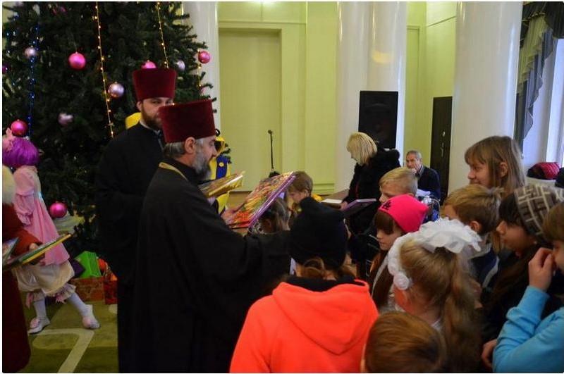 Когда власть и священнослужители объединяют усилия: в Первомайске с Днем Святого Николая поздравили детей-сирот и детей из малообеспеченных семей