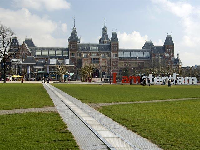В Амстердаме построили первый в мире пешеходный мост с помощью 3D-принтера