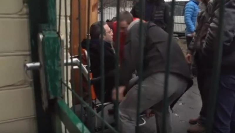 Корбан прибыл в суд на инвалидной коляске