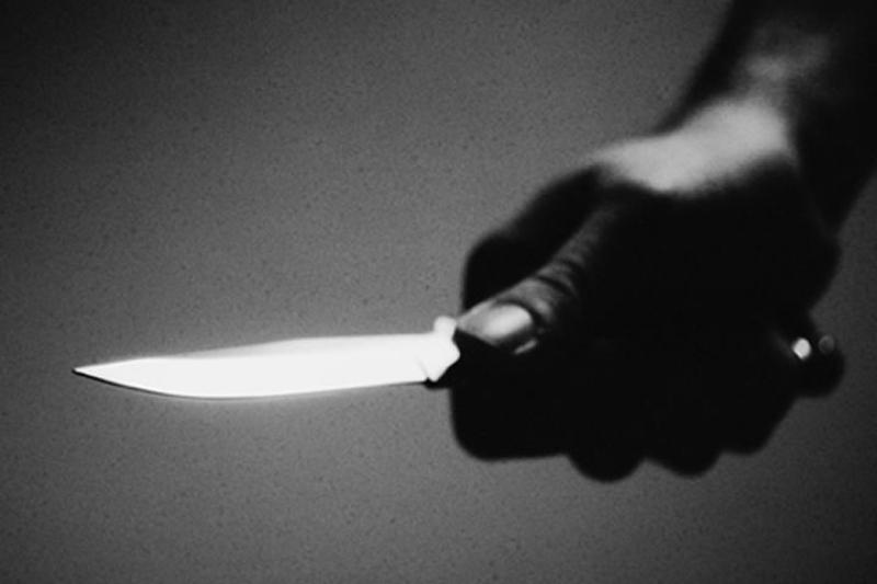 В Южноукраинске неизвестный, угрожая ножом, отобрал у продавщицы магазина 2000 гривен и мобильный телефон