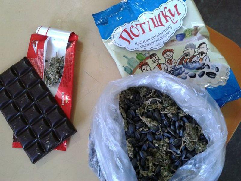 Такие «Потішки»: на Николаевщине осужденному пытались передать коноплю в шоколадке и семечках