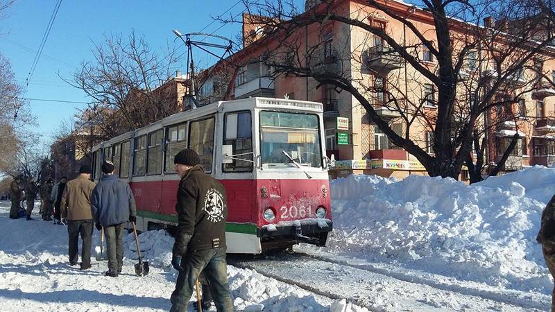 Городская власть просит николаевских автолюбителей не ставить машины на трамвайных путях