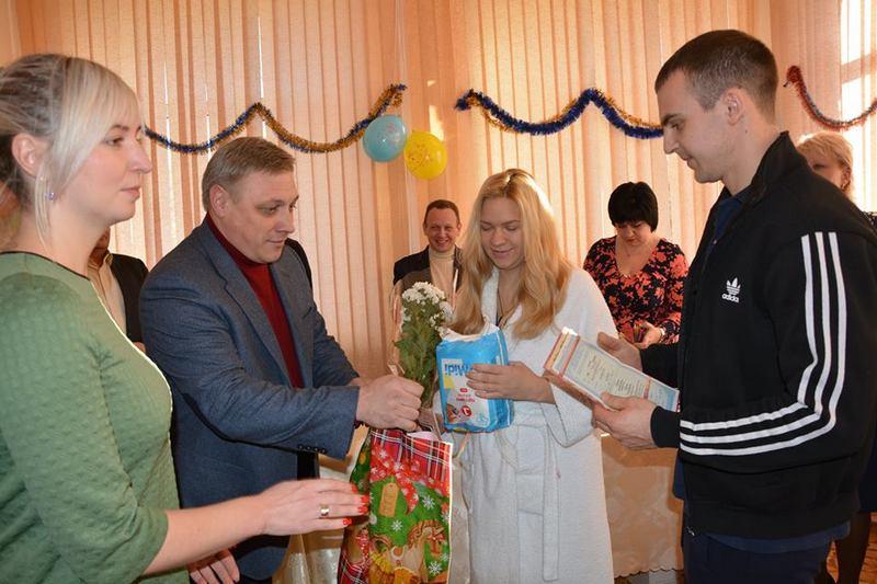 Всеукраинский флеш-моб от Минюста: родителям 15 малышей, появившихся на свет в Николаевском роддоме №2, вручили свидетельства о рождении