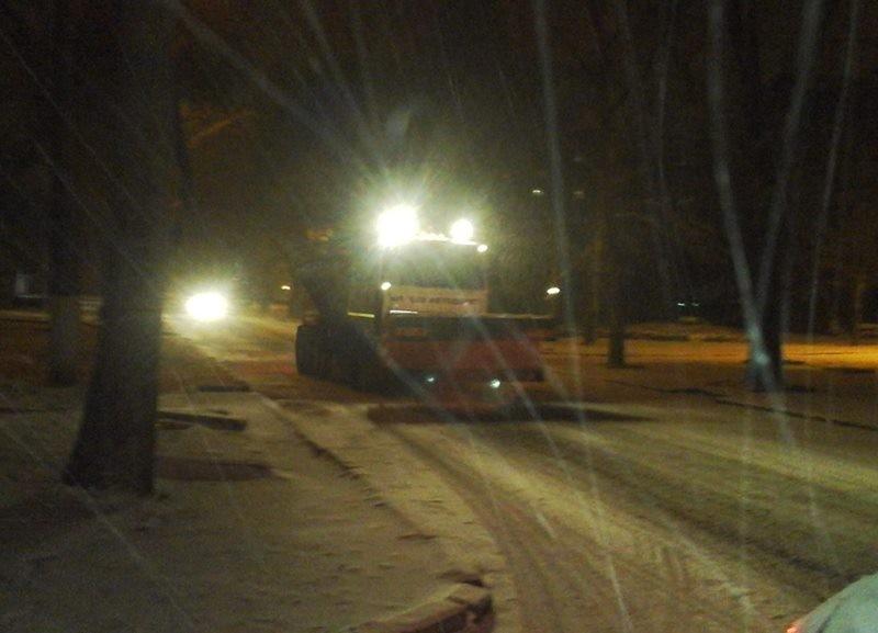 В Николаеве снегоуборочная техника выехала на расчистку дорог