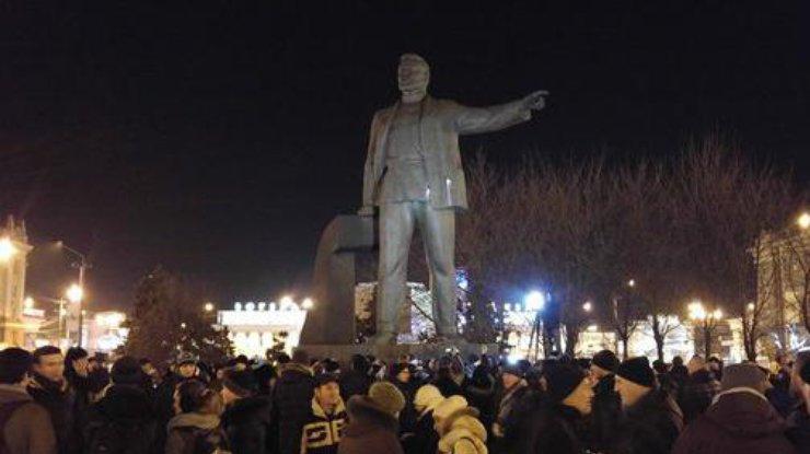 В Днепропетровске повалили памятник Петровскому
