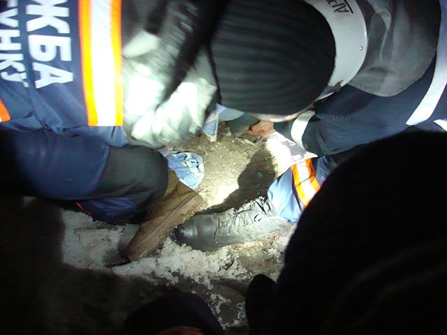 На Красных Маевщиков женщина попала ногой в открытый люк. вытаскивали спасатели