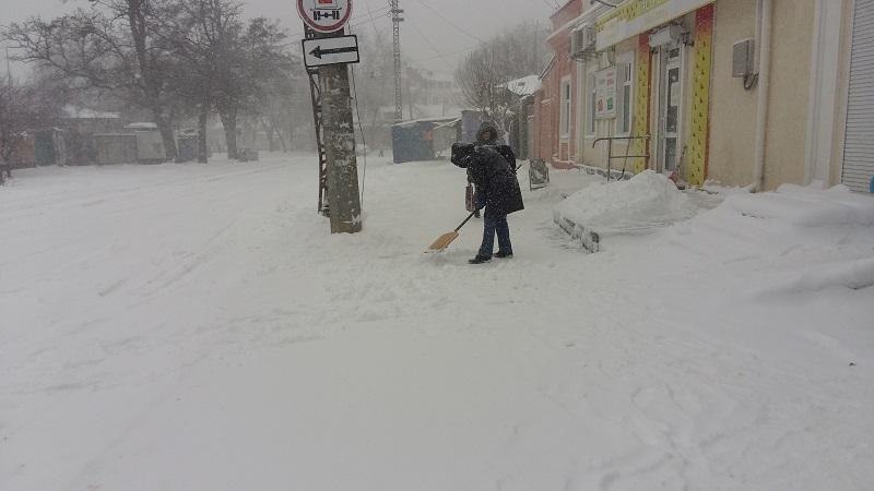 """Николаев засыпает снегом. Варваровский мост еще не """"встал"""", но стихия может победить"""