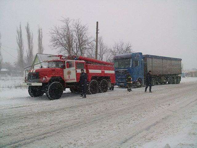 К середине дня из снежных заносов спасатели Николаевщины вытащили почти три десятка авто