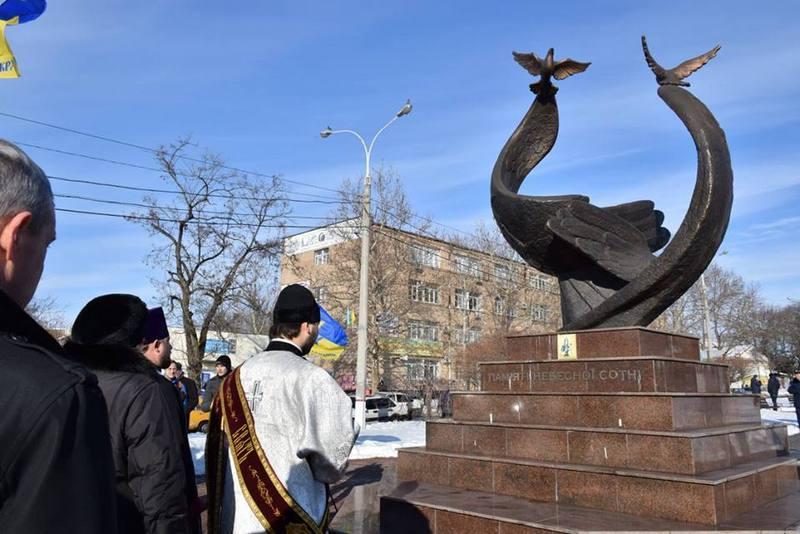 Память Героев Крут представители власти почтили у памятника Героям Небесной Сотни