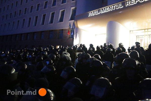 В Молдове протестующие захватили парламент