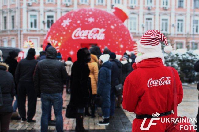 Coсa-Cola подкупила украинцев бесплатной раздачей шипучки – на морозе выстроились очереди