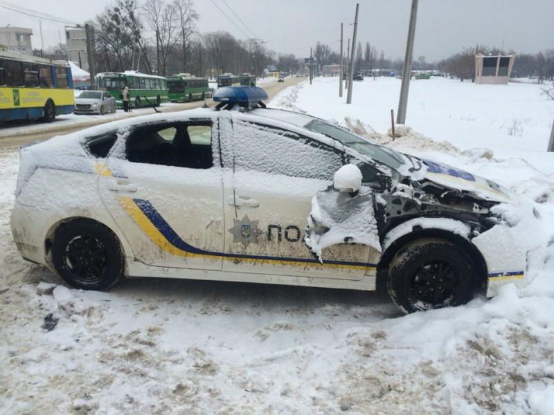 Полицейское авто протаранило трактор в Харькове