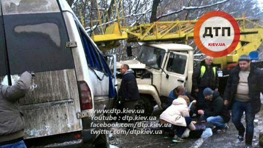 В Киеве маршрутка столкнулась с автовышкой: 15 человек пострадало