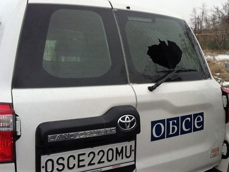 Снайпер обстрелял автомобиль ОБСЕ в Марьинке