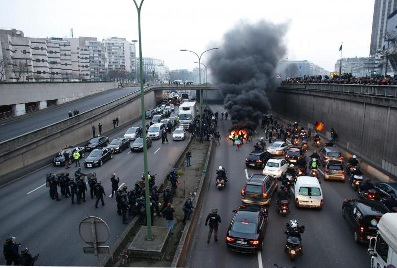 В Париже устроили «Майдан» — уже жгут шины
