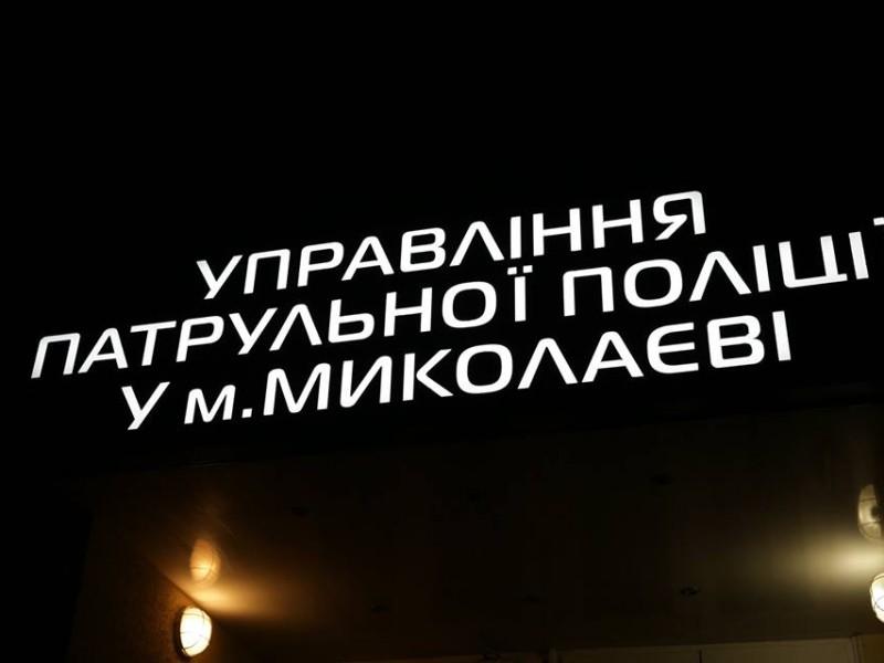 Осторожно, ненормативная лексика. В Николаеве патрульные надели наручники на активиста Дорожного контроля — он приехал спасать брата