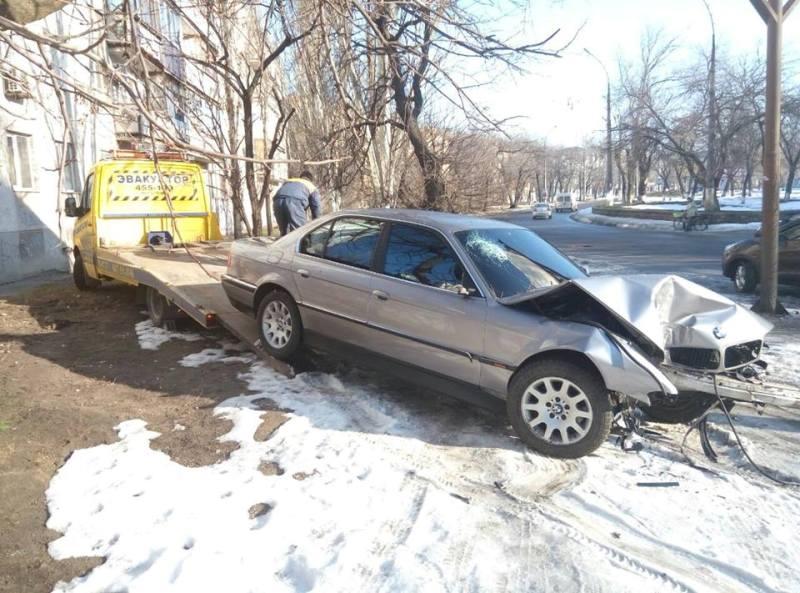 В Николаеве на Карпенко БМВ на бешеной скорости влетел в дерево: есть жертвы (ФОТО) (фото) - фото 1