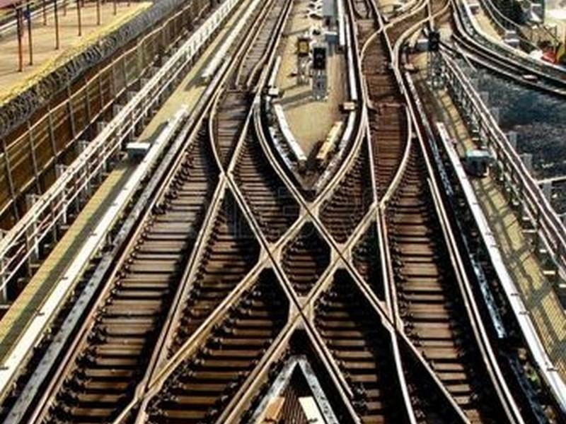 В Мариуполе локомотив сбил пьяных студенток, которые бродили по рельсам