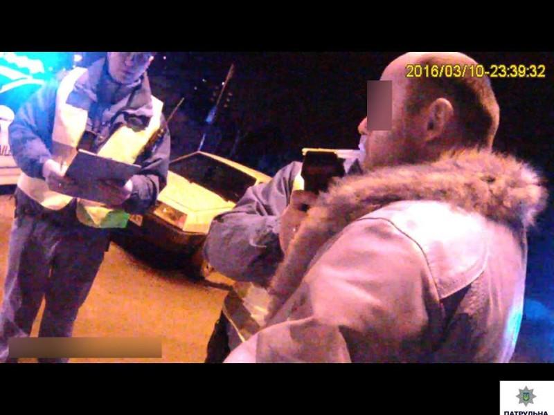 Патрульные в Николаеве задержали пьяного за рулем, с ножом и марихуаной