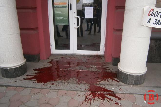 """В Полтаве активисты вылили ведро свиной крови перед дверью """"Сбербанка России"""""""