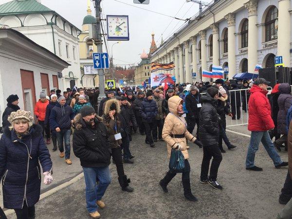 В Москве бюджетники прорвали полицейский кордон, покидая еще не начавшийся концерт «Крымнаш»