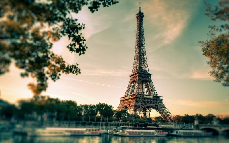 """Эйфелеву башню, которая 8 месяцев была """"на замке"""" из-за COVID-19, вновь открыли для публики"""
