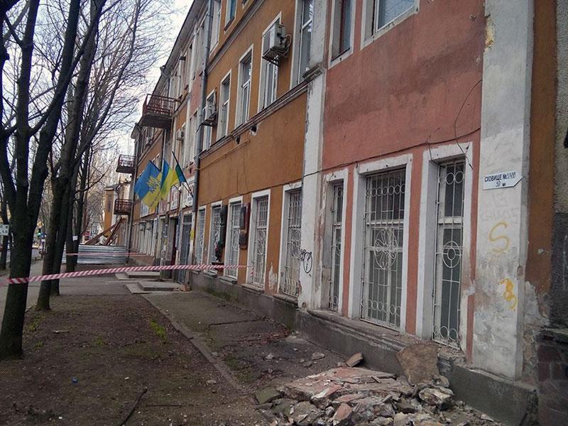 Разрушение наступает: в доме по соседству с рухнувшей фехтовальной школой обвалился балкон