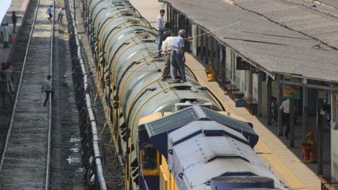 Индия: в пострадавшие от засухи районы отправили поезд с водой