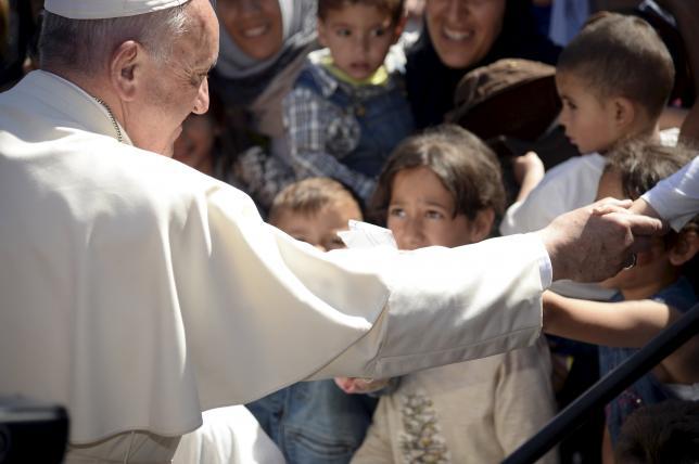 Папа Римский увез с острова Лесбос в Ватикан 12 сирийских беженцев