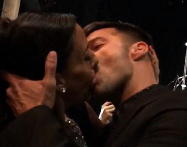 Женщина заплатила за поцелуй с геем Рики Мартином $90 тыс.