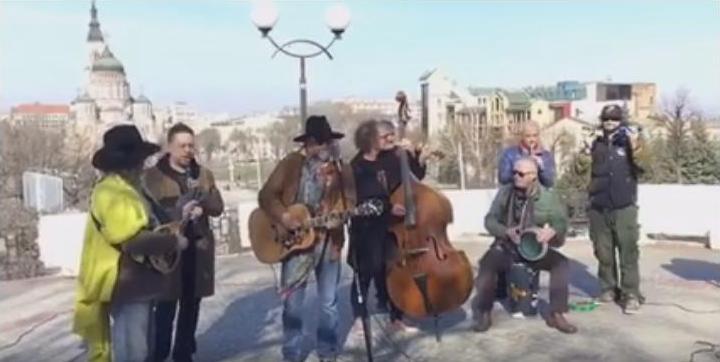 Концерт под открытым небом: Борис Гребенщиков спел на улицах Харькова