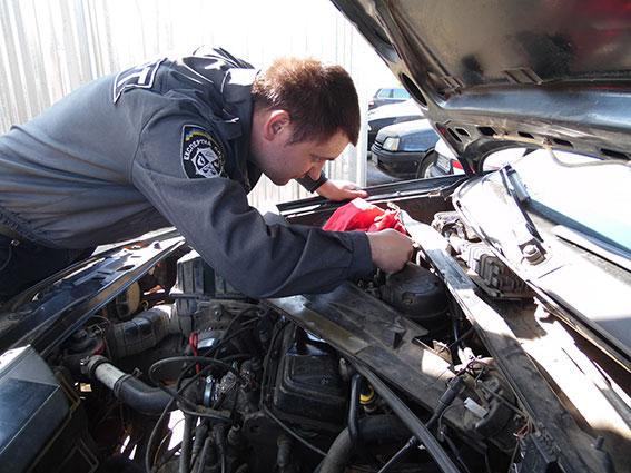 В Николаеве мужчина пытался установить газобаллонное оборудование на автомобиль и узнал, что он числится в угоне