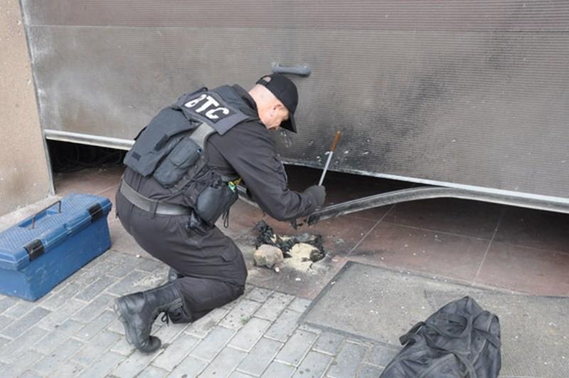 В Николаеве при открытии ворот гаража частного дома произошёл взрыв – эксперты считают, что это могла быть граната