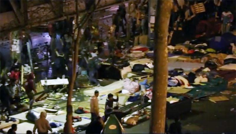 "Сотни беженцев устроили побоище возле станции метро ""Сталинград"" в Париже"