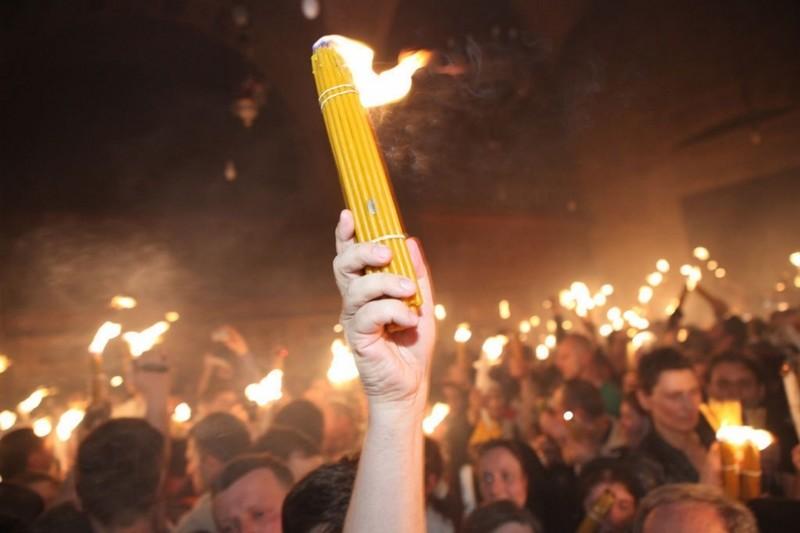 В Украину прибыл Благодатный огонь из Иерусалима
