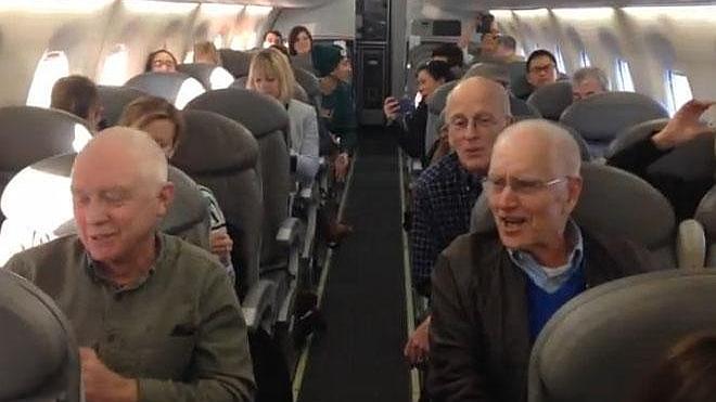 А ну-ка, дедушки! Поющие деды удивили весь самолет, и таки хорошо поют