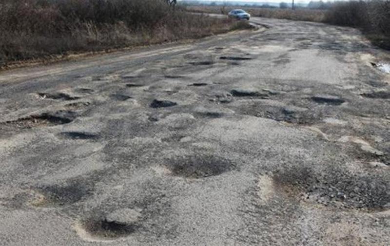 """""""Укравтодор"""" наполовину выполнил план по латанию ям на дорогах"""