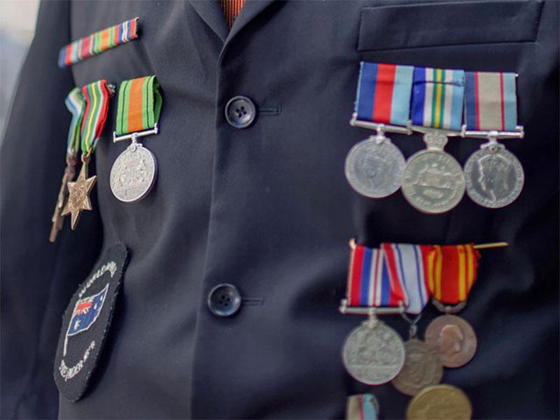 В Австралии грабитель, укравший медали 95-летнего ветерана, вернул ему награды к празднику