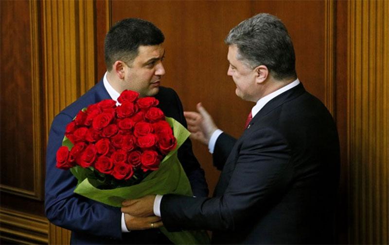 Дарят цветы мужчинам
