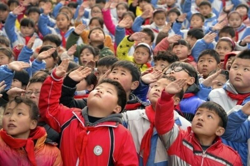 Китай ограничит использование электронных устройств в образовании для борьбы с близорукостью