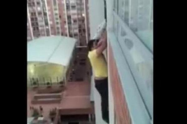Отважный сосед карабкался по стене многоэтажки, чтобы спасти собаку, застрявшую в решетке балкона на 13-м этаже